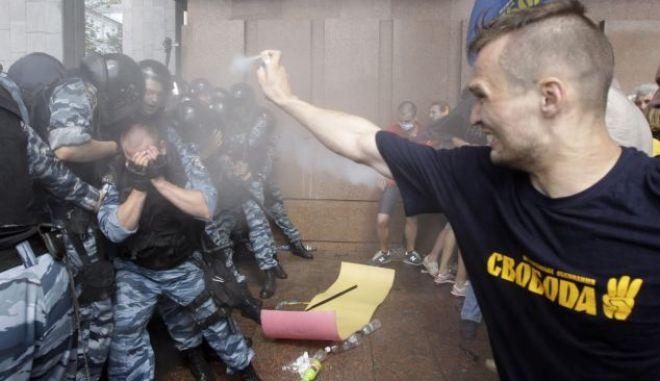 Ουκρανία: Διαδηλωτές προσπαθούν να αποκλείσουν εκ νέου την έδρα της κυβέρνησης