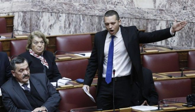 Αθλιότητα. Ο Κασιδιάρης χτύπησε το Νίκο Δένδια μέσα στη Βουλή. Θύελλα αντιδράσεων