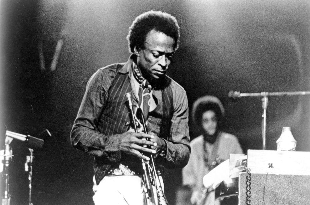 Ο Μάιλς Ντέιβις σε συναυλία του τη δεκαετία του '70.