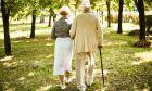 Ηλικιωμένο ζευγάρι απολαμβάνει τη βόλτα του