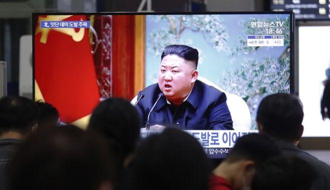 O Kιμ Γιονγκ Ουν, σε εμφάνιση του στην κρατική τηλεόραση της Βορείου Κορέας, το Μάρτιο του 2021 -μετά την εκτόξευση του πρώτου βαλιστικού πυραύλου αφότου έγινε Πλανητάρχης ο Τζο Μπάιντεν.