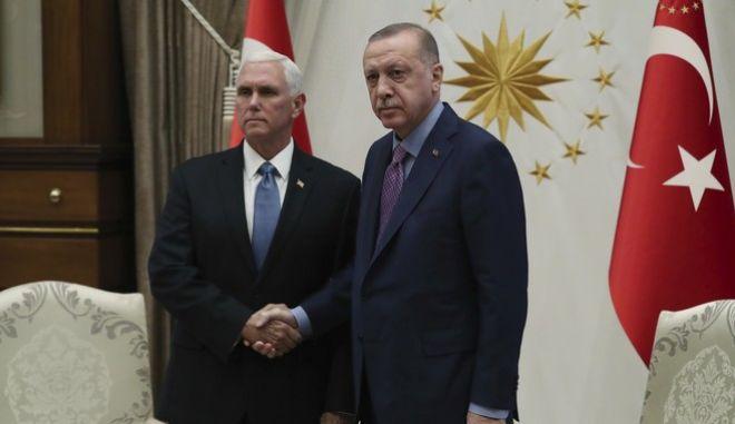 Στιγμιότυπο από τη συνάντηση Ερντογάν - Πενς