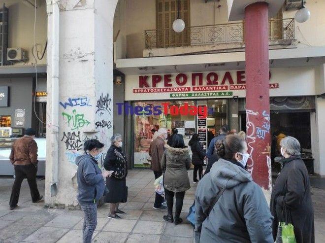 Θεσσαλονίκη: Ουρές και συνωστισμός έξω από τα καταστήματα
