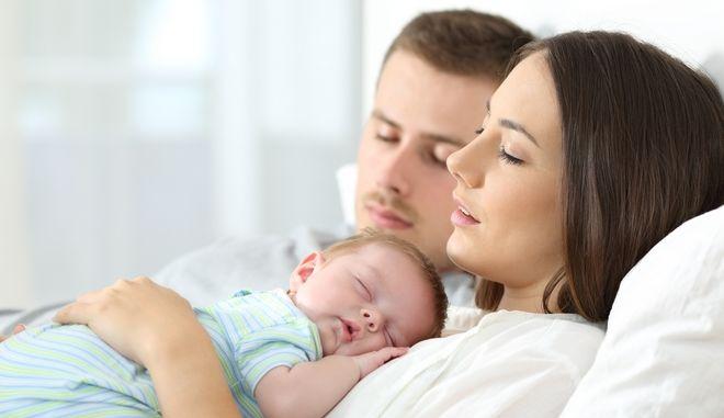 Γονείς με το νεογέννητο μωρό τους