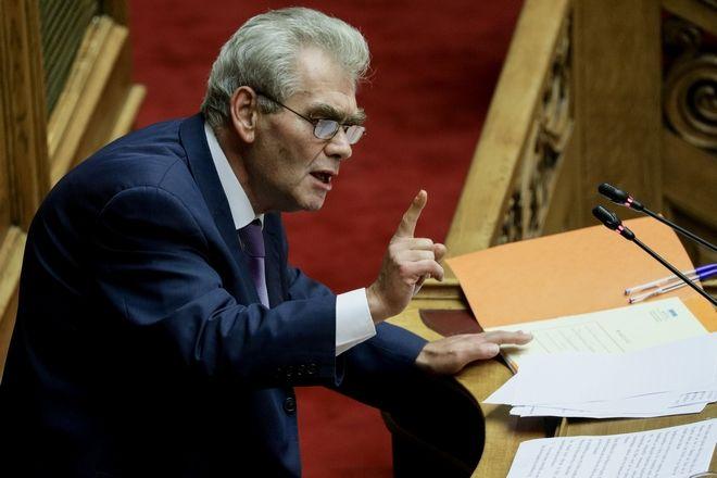 Ο Δ.Παπαγγελόπουλος με τις σημειώσεις του στο βήμα της Βουλής