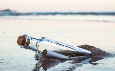 """Χαβάη: Η θάλασσα ξέβρασε μήνυμα σε μπουκάλι που """"ταξίδευε"""" για 37 χρόνια"""