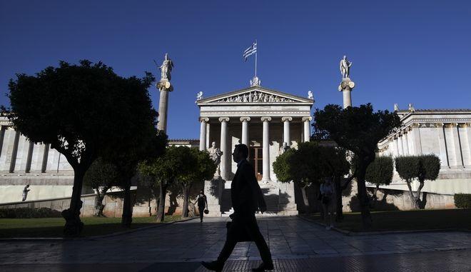Ευρωβαρόμετρο: Οι Έλληνες νοιώθουν ήδη την κρίση στις τσέπες - Απογοήτευση από το επίπεδο Δημοκρατίας