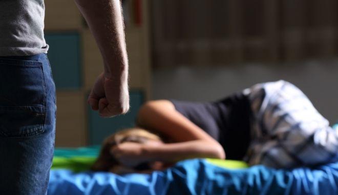 Ένταλμα σύλληψης για βιασμό της 13χρονης κόρης του