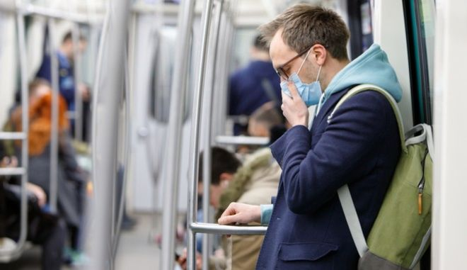 Ένας άντρας με μάσκα στο μετρό
