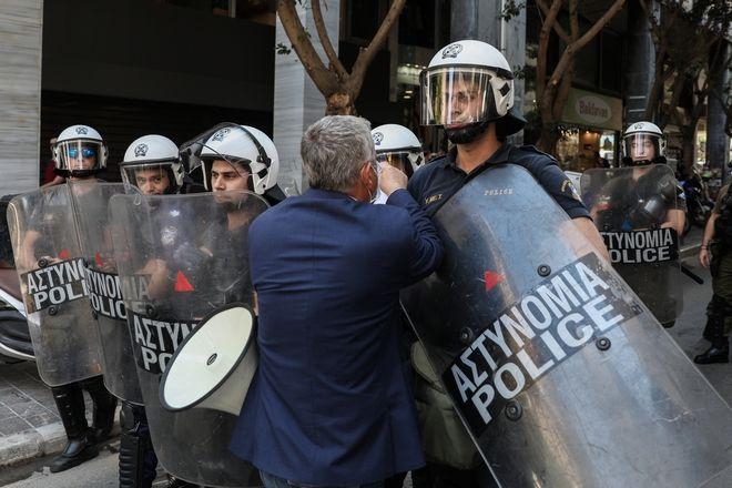 Ένταση στην διαμαρτυρία Ομοσπονδιών και Εργατικών Συνδικάτων για τα βαρέα και αθυγιεινά ένσημα στο υπουργείο Οικονομικών την Τρίτη 30 Ιουνίου 2020. (EUROKINISSI/ΣΩΤΗΡΗΣ ΔΗΜΗΤΡΟΠΟΥΛΟΣ)