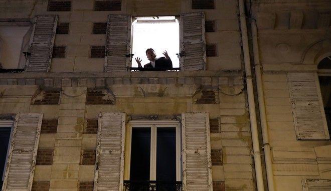 Τενόρος δίνει συναυλίες από το παράθυρό του στο Παρίσι