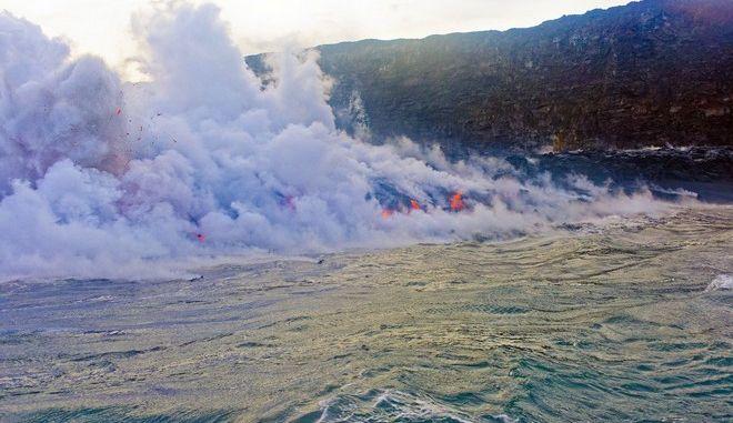Λάβα χύνεται στη θάλασσα στη Χαβάη