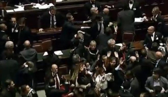 Βίντεο: Ξύλο στην Ιταλική Βουλή
