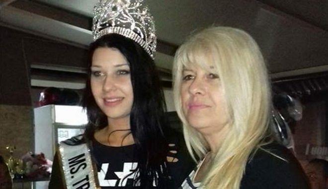 Η άτυχη γυναίκα μαζί με την μία κόρη της