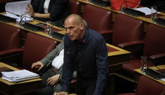 Ο Γιάνης Βαρουφάκης στη βουλή