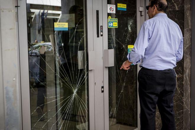 Καταστροφές από την επίθεση κουκουλοφόρων σε τράπεζα στην πλατεία Κάνιγγος την πέμπτη 14 Μαρτίου 2018. Οι άγνωστοι κινήθηκαν τρέχοντας στην οδό Χαλκοκονδύλη ως την Κάνιγγος σπάζοντας υποκαταστήματα τραπεζών, ένα της Τράπεζας Πειραιώς και ένα της Εθνικής Τράπεζας.  (EUROKINISSI/ΓΙΑΝΝΗΣ ΠΑΝΑΓΟΠΟΥΛΟΣ)