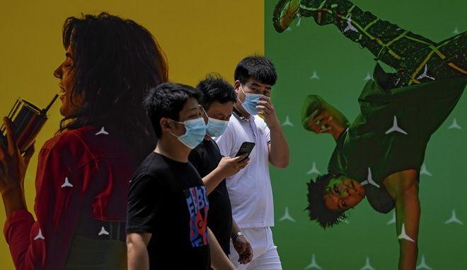 Άνθρωποι με μάσκες στην Κίνα