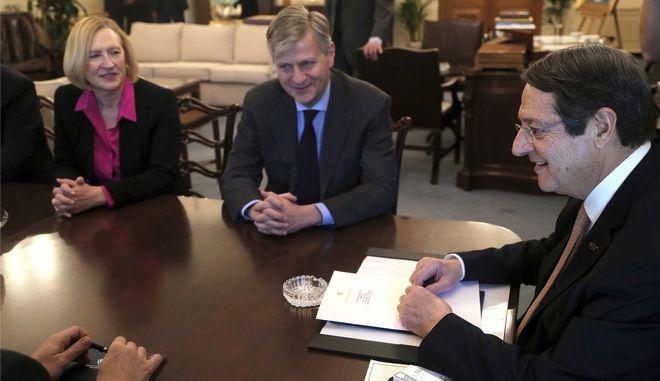 Ο Πρόεδρος της Κυπριακής Δημοκρατίας Νίκος Αναστασιάδης μαζί την ειδική αντιπρόσωπο του γγ του ΟΗΕ, Ελίζαμπεθ Σπέχαρτ και τον βοηθό γγ του ΟΗΕ, αρμόδιο για ειρηνευτικές επιχειρήσεις, Ζιάν Πιέρ Λακρουά