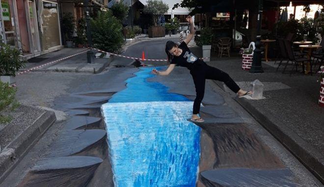 Αγρίνιο: Καλλιτέχνες ζωγράφισαν 3D καταρράκτη πάνω σε δρόμο