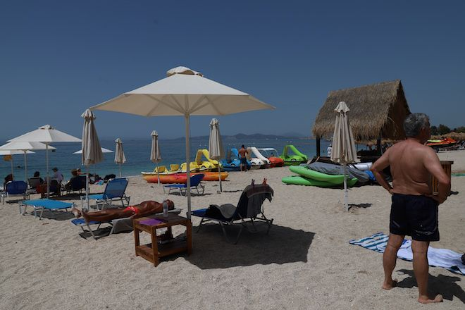 Οργανωμένη παραλία την πρώτη μέρα της επαναλειτουργίας τους μετά το εξάμηνο lockdown, 8 Μαίου 2021