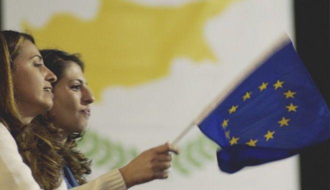 ÅÏÑÔÁÓÔÉÊÅÓ ÅÊÄÇËÙÓÅÉÓ ÃÉÁ ÔÇÍ ÅÍÔÁÎÇ ÔÇÓ ÊÕÐÑÏÕ ÓÔÇÍ ÅÅ Cypriot women wave a EU flag during celebrations in Nicosia on Saturday May 1, 2004, as Cyprus along with Hungary, Poland, the Czech Republic, Slovakia, Estonia, Latvia, Lithuania, Slovenia, and Malta join the EU increasing the number of EU member states from 15 to 25 countries. (AP Photo/Petros Karadjias)