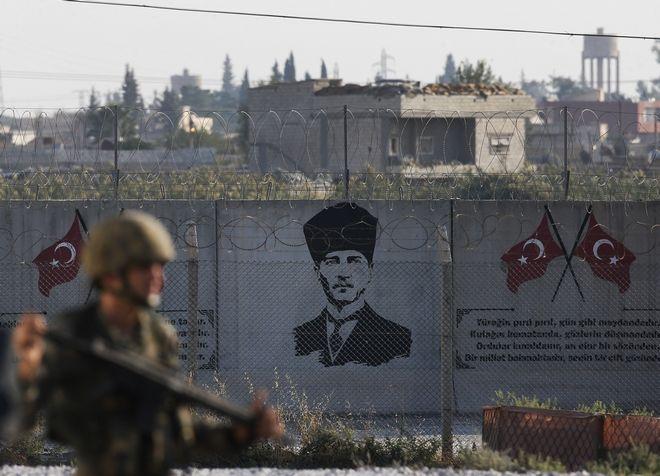 Τούρκος στρατιώτης περιπολεί στα σύνορα υπό το
