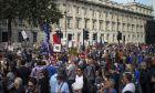 """Βρετανία: Χιλιάδες συμμετείχαν στις διαδηλώσεις κατά του """"πραξικοπήματος"""" του Τζόνσον"""