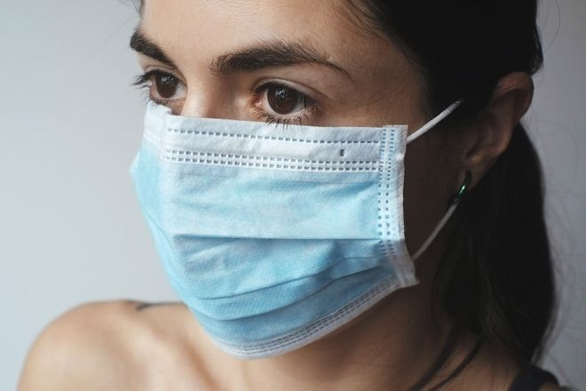 Μάσκα σε κλειστούς χώρους: Πού την φοράτε, η ασφαλής χρήση και οι μύθοι που την συνοδεύουν