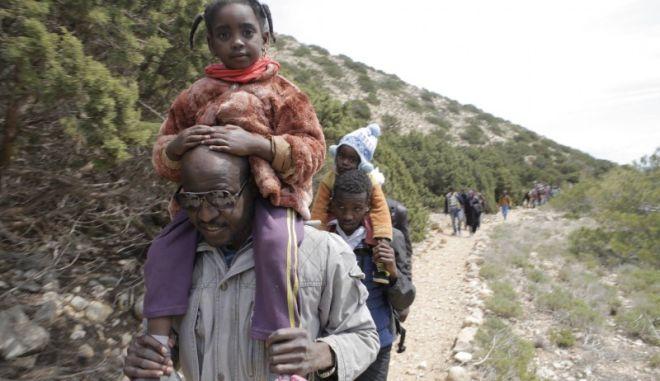 Βίντεο: Ώρα μηδέν για τους 140 μετανάστες στη Γαύδο. Οι 60 κάτοικοι 'τα βάζουν' με την ανέχεια