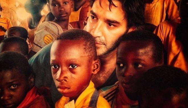 Ο Παπακαλιάτης τραγουδά στα παιδιά της Αφρικής 'Όταν θα πάω κυρά μου στο παζάρι'