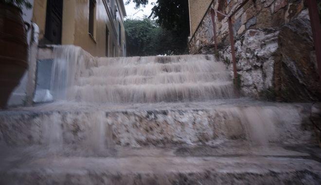 Πλημμύρισαν οι δρόμοι στην Πλάκα