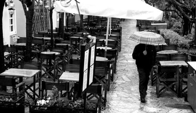 ΜΙΑ ΒΡΟΧΕΡΗ ΜΕΡΑ ΣΤΟΥΣ ΔΡΟΜΟΥΣ ΤΗΣ ΠΛΑΚΑΣ.ΦΩΤΟΓΡΑΦΙΑ ΑΝΤΩΝΗΣ ΝΙΚΟΛΟΠΟΥΛΟΣ/EUROKINISI
