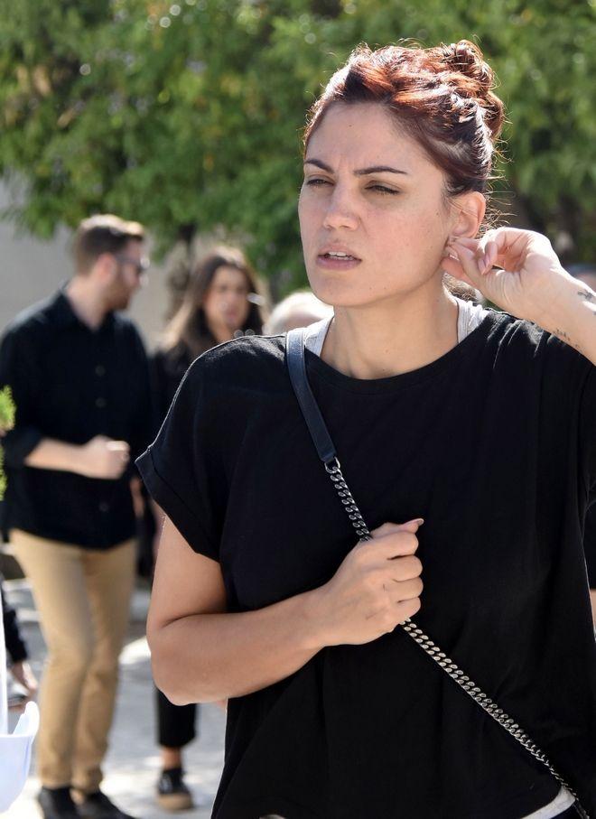 Η Μαίρη Συνατσάκη στην κηδεία της μητέρας του Δημήτρη Ουγγαρέζου