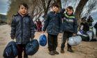 Σήμερα το πρωι τελικά μεταφέρθηκαν με πουλμαν στο λιμάνι της Μυτιλήνης οι νεοαφιχθέντες Αφγανοί πρόσφυγες.Για τρεις μέρες, άνδρες γυναικες και μικρά παιδιά έμειναν στην παραλία της Συκαμιάς,Τετάρτη 4 Μαρτίου 2020 (EUROKINISSI/ΤΑΤΙΑΝΑ ΜΠΟΛΑΡΗ)
