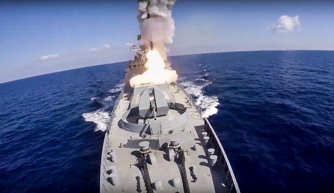 Ρώσικο πολεμικό πλοίο εκτοξεύει πυραύλους κρουζ Kalibr εναντίον του Ισλαμικού Κράτους  στη Μεσόγειο το 2017