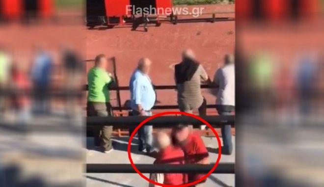 Τραγωδία στο γήπεδο της Καλαμαριάς: Η στιγμή που οπαδός σπρώχνει τον 70χρονο στο κενό