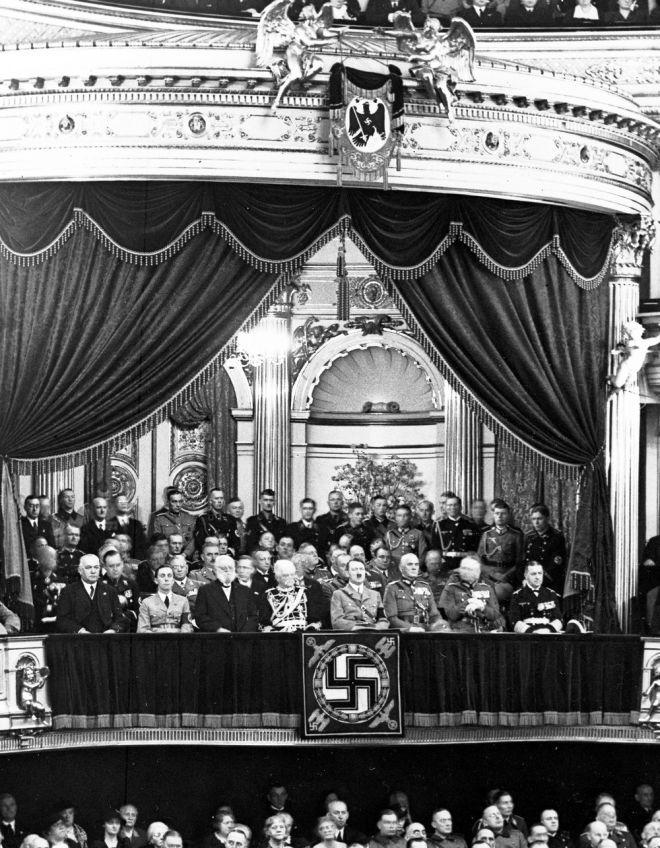 Ο Αδόλφος Χίτλερ με τον υπουργό προπαγάνδας Γιόζεφ Γκέμπελς και άλλους κυβερνητικούς αξιωματούχους στην όπερα του Βερολίνου τον Φεβρουάριο του 1937