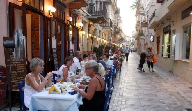 ΕΛΛΑΔΑ-αύξηση του ΦΠΑ στις υπηρεσίες εστίασης από την 1η Σεπτεμβρίου.Στη φωτογραφία στιγμιότυπο απο την τουριστικη κινηση σε εστιατόρια και ταβέρνες στο Ναυπλιο 29/7/2011.(EUROKISSI-ΒΑΣΙΛΗΣ ΠΑΠΑΔΟΠΟΥΛΟΣ)