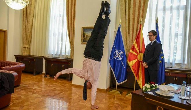 Ο Νταν Οριάν κάνει κατακόρυφο μπροστά στον Στέβο Πενταρόφσκι