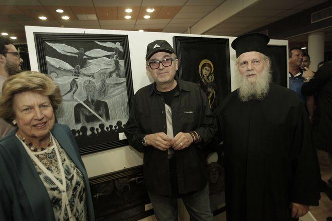 Εγκαινιαστηκε σημερα σε αιθουσα του Δημου Βουλας εκθεση ζωγραφικης του τραγουδιδτη Σταματη  Γονιδη παρουσια πολλων συναδελφων του καλλιτεχνων-τραγουδιστων  καθωε επισης και του βουλευτη Σταθη Παναγολη του Δημαρχου Βουλας-Βαρης του δικηγορου  Αλεξη Κουγια  και πολλων προσκεκλημενων., Τα εσοδα απο τις πωλησεις των πινακων ο καλλιτεχνης τα προσφερει στο  Οικοτροφειο ατομων με αυτισμο  Αγιος Νικολαος  της Παιανιας  ΣΤΗ ΦΩΤΟ    ΦΩΤΟ ΧΡΗΣΤΟΣ ΜΠΟΝΗΣ//EUROKINISSI