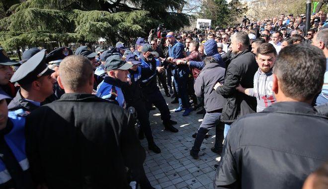 Στιγμιότυπο από τα επεισόδια μεταξύ αστυνομικών και διαδηλωτών έξω από τη βουλή στα Τίρανα