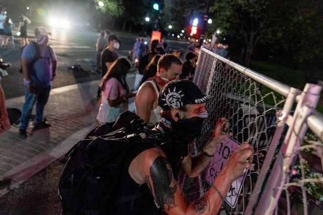 Διαδηλωτές στον φράχτη γύρω από τον Λευκό Οίκο