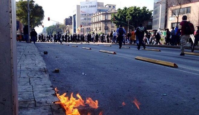 Μεξικό: Διαδηλωτές έβαλαν φωτιά στην είσοδο σταθμού του Μετρό