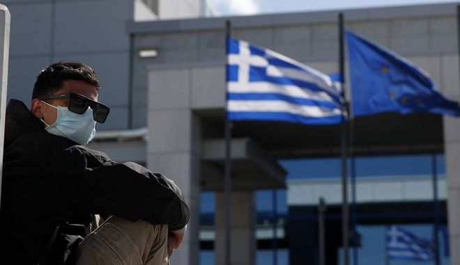 Έλληνας προερχόμενος από χώρα υψηλού κινδύνου έξω από το Ελ. Βενιζέλος.