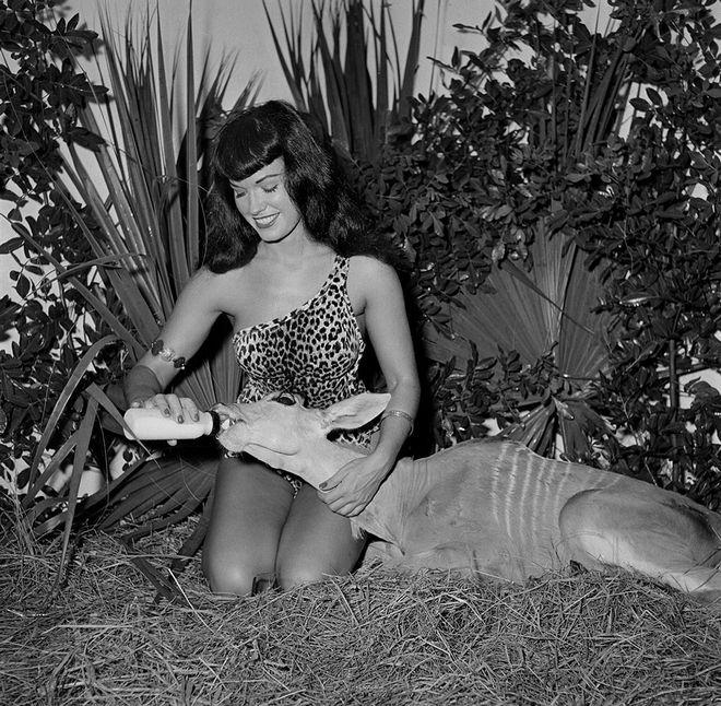 Bettie Page: Οι 'απαγορευμένες' φωτογραφίες του απόλυτου sex symbol όλων των εποχών