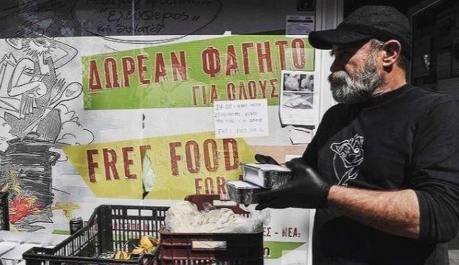 """Ο Κωνσταντίνος Πολυχρονόπουλος, δημιουργός της κοινωνικής κουζίνας """"Ο Άλλος Άνθρωπος"""""""