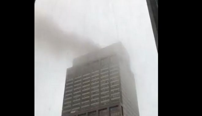 Εικόνα από το κτίριο στο Μανχάταν όπου συνετρίβη ελικόπτερο