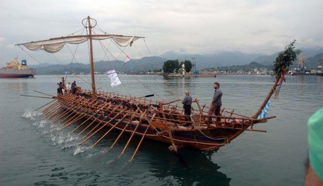 """Το Σαββατοκύριακο 18-19 Ιουλίου σύγχρονοι Αργοναύτες οδήγησαν την \""""Αργώ\"""" στο Πότι της Γεωργίας, εκεί όπου κάποτε βρισκόταν η αρχαία Κολχίδα, ξαναζωντανεύοντας την Αργοναυτική Εκστρατεία και την αναζήτηση του Ιάσονα για το Χρυσόμαλλο Δέρας. Επικεφαλής ο Γ. Σούρλας και πολλοί βουλευτές και παραγοντες της Τ.Α. Ο Γεωργιανός Πρόεδρος Μιχαήλ Σαακασβίλι υποδέχθηκε την Αργώ στο Μπατούμι της Γεωργίας. (EUROKINISSI // ΜΙΝΑ ΠΟΥΛΙΟΥ)"""