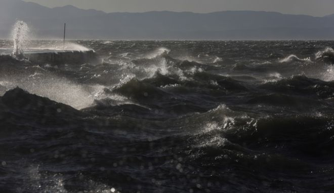 The rough sea of Thermaikos gulf result of strong winds blowing in Thessaloniki, Greece on January 18, 2018. /           , 18  2018.