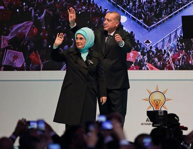 Ο Ταγίπ Ερντογάν μαζί με την σύζυγό του Εμινέ, στην πρώτη προεκλογική συγκέντρωση της καμπάνιας του για την προεδρική εκλογή στις 24 Ιουνίου 2018
